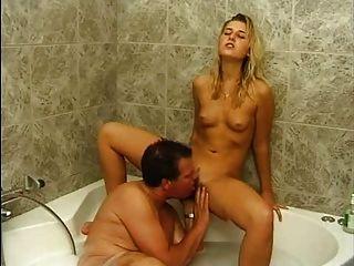 परिपक्व छोटे स्तन पूल में सुनहरे बालों वाली लड़की