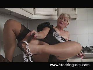 सेक्सी ठाठ सैली ब्रिटेन गर्म milf नौकरानी