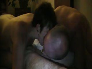 Cuck बाहर उसकी पत्नी में मदद करता है