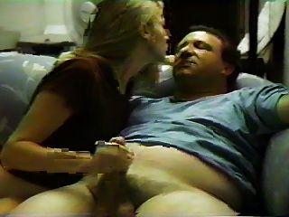 अपनी प्रेमिका के साथ सोफे पर सेक्स