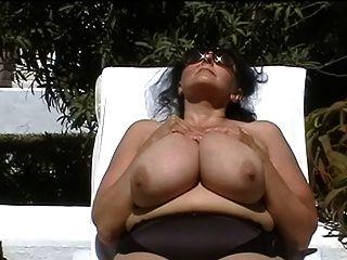 विशाल स्तन आउटडोर के साथ जर्मन बीबीडब्ल्यू-दादी