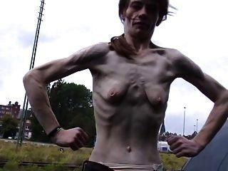 छोटे खाली saggy स्तन के साथ एक पतली परिपक्व महिला