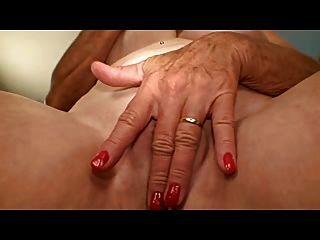 अच्छा स्तन के साथ दादी उसे छेद masturbates
