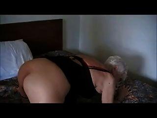 90 साल की।पुराने दादी एक होटल में गड़बड़
