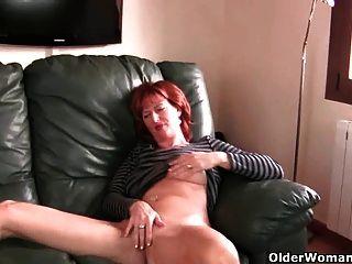 redheaded परिपक्व माँ उसके निपल्स और बिल्ली के साथ खेलता है