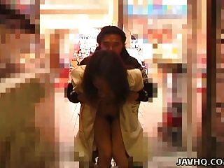 गर्म जापानी किशोरों exhibs और आउटडोर गड़बड़ हो जाता है