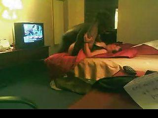 व्हाइट बीबीडब्ल्यू होटल के कमरे में काले प्रेमी fucks