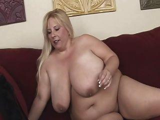 विशाल स्तन के साथ सुनहरे बालों वाली बीबीडब्ल्यू एमआईएलए