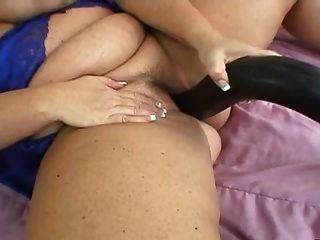 वास्तविक बड़े स्तन के साथ गोरा माँ बड़ा खिलौना के साथ खेलता है