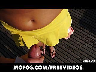 सार्वजनिक पिकप - कामुक चेक उसके शरीर को दिखाने के लिए भुगतान किया जाता है