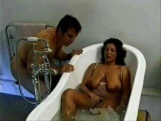 saggy स्तन के साथ सुंदर माँ