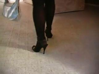 मोज़ा और ऊँची एड़ी के जूते में गर्म गोरा milf धूम्रपान