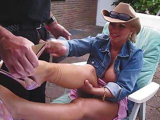 Handjob और अच्छा उच्च ऊँची एड़ी के जूते के साथ उसके nacked पैरों पर cumshot