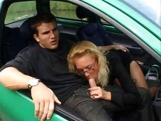 फ्रेंच परिपक्व एक Twingo में anally fucks