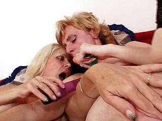 गोरा milfs चाट और dildo कमबख्त चुंबन