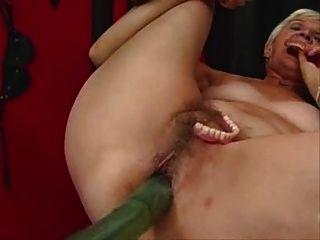 एक और दादी एक सेक्स मशीन पर बाहर काम करता है