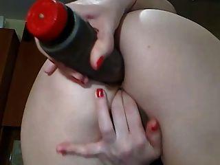 सही गधे के साथ सेक्सी सांचा लड़की उसके पिछवाड़े में dildo के साथ खेलता है