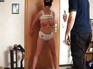 महिला को उसके योनी हो जाता है और स्तन थप्पड़ मारा और लात मारी