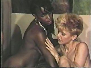 काली लड़की, सफेद लड़का समलैंगिक दृश्य