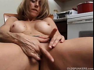 बड़े निपल्स के साथ सींग का परिपक्व बेब के लिए उसे रसदार योनी की मालिश