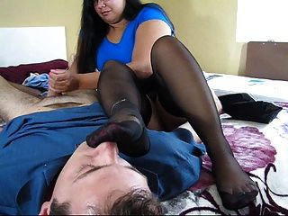 बदबूदार पैर सूँघने और handjob