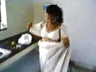 रसोई में भारतीय पत्नी