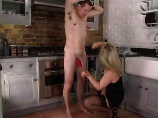 महिलाओं का दबदबा corselette और स्टॉकिंग्स रसोई घर में spanks domme