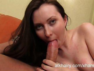 बालों वाली लड़की एंजेला उसके चेहरे पर सह आनंद मिलता है