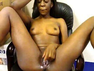 अफ्रीकी लड़की कार्यालय में masturbates
