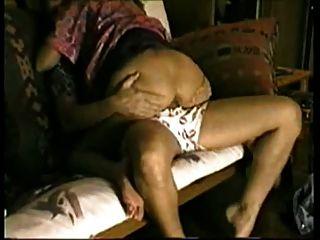 कामुक पत्नी को धोखा दे चूसने और अपने futon पर मुर्गा की सवारी