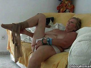 बड़े स्तन के साथ दादी हस्तमैथुन और उंगली गड़बड़ हो जाता है