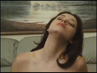 सोफे पर कर रही है बड़े स्तन
