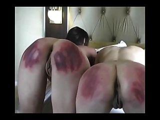 2 लड़कियों की कड़ी पैडलिंग