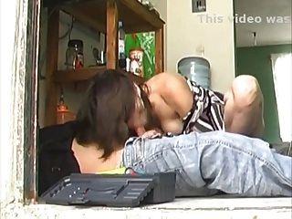 सेक्सी लंबे पैर लैटिना गृहिणी repairman fucks