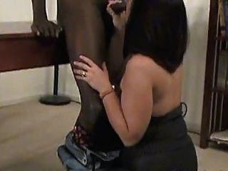 Pantyhose में एक सेक्सी परिपक्व एक काला मुर्गा लेता है