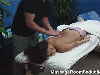मालिश चिकित्सक द्वारा गड़बड़ गर्म लड़की