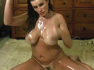 सेक्सी लड़की तेल उसके शरीर की सवारी एक बड़ा dildo