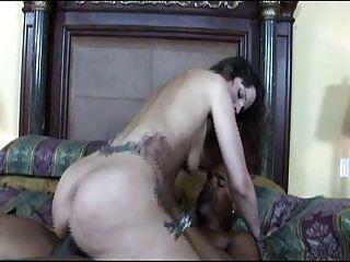 साथ सेक्सी टैटू होने अंतरजातीय सेक्स श्यामला