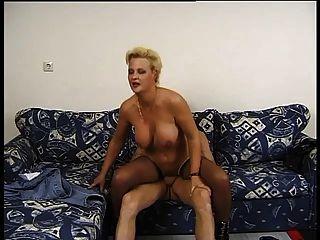 गोरा माँ उसे लंड लंबी और मोटी पसंद करती है