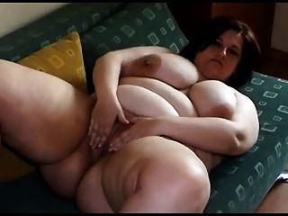 बड़े स्तन अलग करना और खेल के साथ वसा जवान औरत