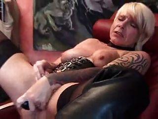 सेक्स खिलौने के साथ खेल रहा है सींग का परिपक्व