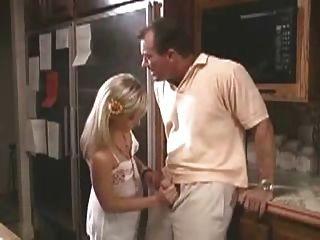 लड़की पिताजी के लिए एक handjob दे रही है