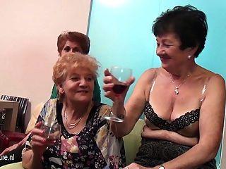 पुराने और युवा समलैंगिकों परिपक्व से भरे कमरे में प्रदर्शन