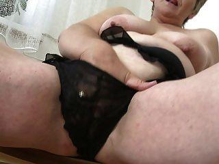 अपने पुराने योनी के साथ सेक्सी पुराने दादी प्लेइंग