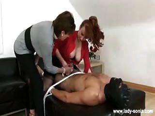 2 Doms गुलाम बंद wank और उसके चेहरे पर बैठते हैं