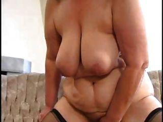 सेक्सी माँ n88 गोरा बीबीडब्ल्यू एक युवक के साथ परिपक्व