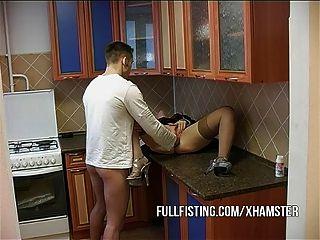 गर्म कुतिया fisted हो जाता है और रसोई घर में गधा गड़बड़