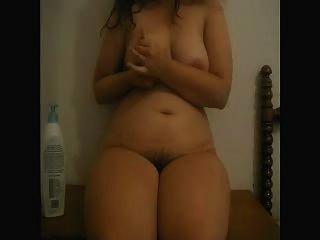 इसाबेल (स्पेन) स्तन और बालों वाले योनी के साथ खेलता है