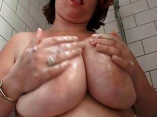 शॉवर में वसा Busty बालों वाली पत्नी