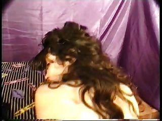 बड़े स्तन के साथ घुंघराले अरब वेश्या उपचार वह हकदार हो जाता है